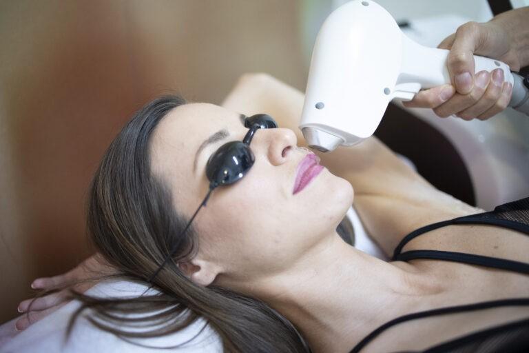 αντιμετωπίζει όλους τους φωτότυπους του δέρματος (από I, II, III, IV, έως V), σε κάθε απόχρωση τρίχας (από μαύρες μέχρι και ανοιχτόχρωμες), διαθέτει ταχύτερο σύστημα σάρωσης σε σχέση με άλλα μηχανήματα, εφαρμόζετε όλες τις εποχές του χρόνου